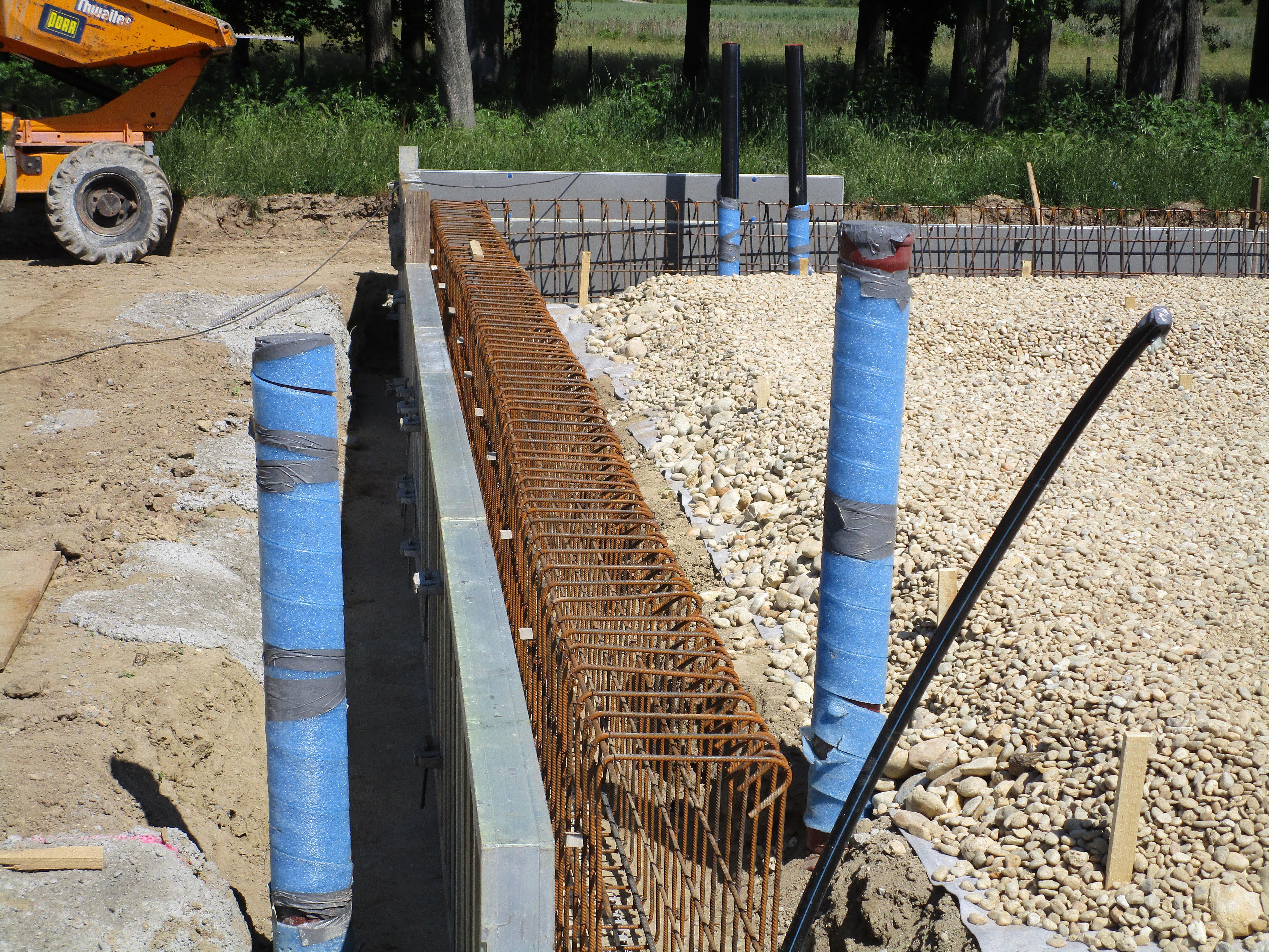Wasserversorgung_Wolkersdorf_Pillichsdorf_Baustelle_Rohre_Stangen_Steine.jpg